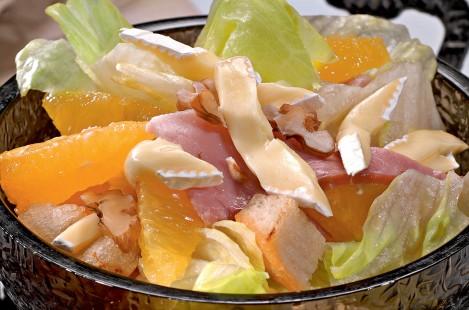 Осенний салат с сыром Милкана Камамбер Ле Кремье